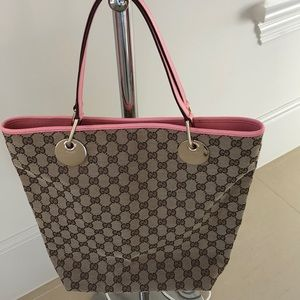 Gucci shoulder bag. Immaculate condition
